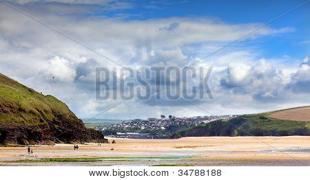 Paisagem de praia na Baía de Daymer em Cornwall UK
