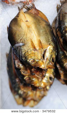 Arenques en hielo de fishmonger\