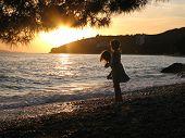 Постер, плакат: Две девочки играя на пляже в закат Тучепи Хорватия
