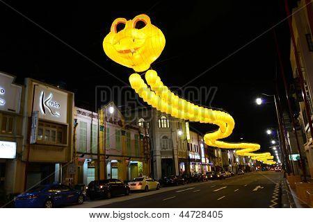 Singapura - 5 de Mar: Festão de lanternas amarelos enforcado sobre South Bridge Road antes chinês novo sim