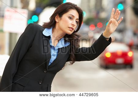 Empresaria provenientes de Taxi en la calle muy transitada