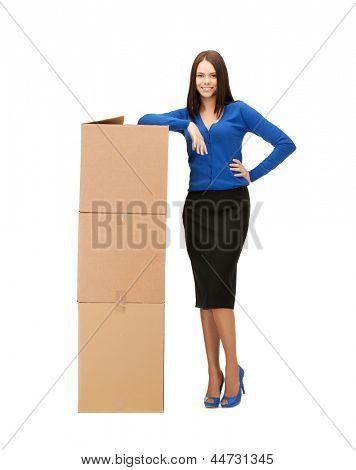 Bild der attraktiven geschäftsfrau mit großen Kartons...