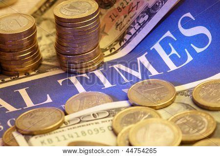 Jornal de negócios com dinheiro