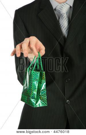 Empresario con paquetes de regalo en mano