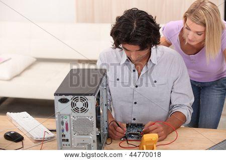 técnico de reparação de um computador