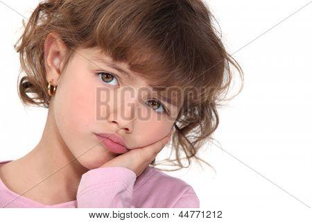 Kleines Mädchen schmollend