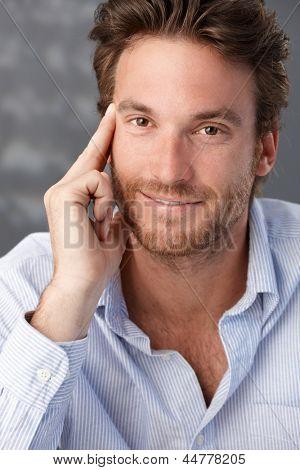 Bem parecido retrato masculino confiante, homem sorrindo para a câmera.