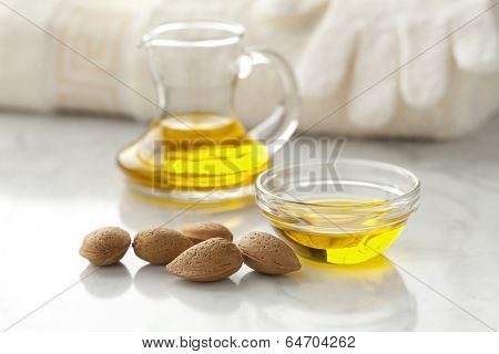 Almond oil and almonds for cosmetic use