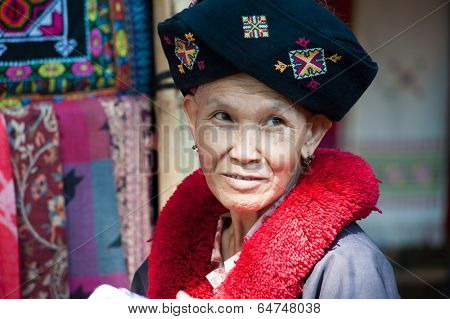 CHIANG RAI, THAILAND - DEC 4, 2013: Unidentified Yao hill tribe woman in traditional clothes near Mae Hong Son, northern ethnic minority. Popular tourist travel tour destination in Thailand