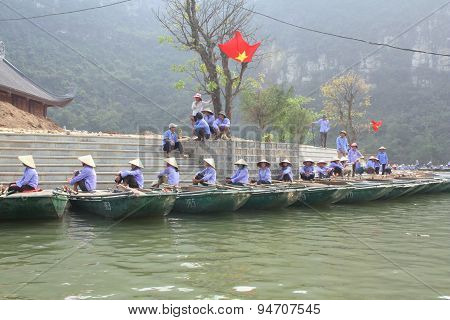 Ninh Binh, Vietnam - March 29, 2010: Ferrymen Are Waiting For Tourists To Visit The Trang An Eco-tou