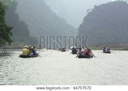 Ninh Binh, Vietnam - March 29, 2010: Ferrymen Are Taking Tourists To Visit The Trang An Eco-tourism