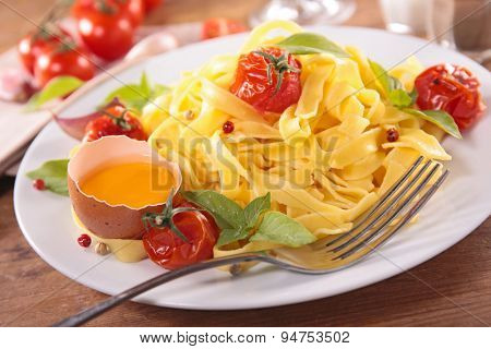 tagliatelle with tomato and basil