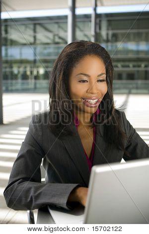 Mujer de negocios que trabajan fuera de su computadora