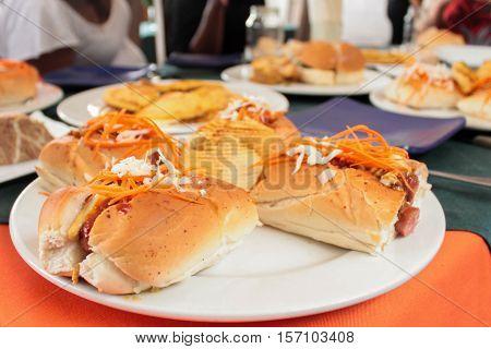 Hot Dogs con chorizo, zanahoria y repollo y papas
