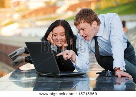 Junges Paar arbeiten am Laptop