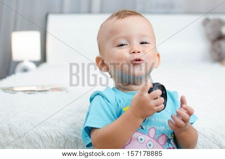 a child with a lens in the bedroom aroused emotion confidence