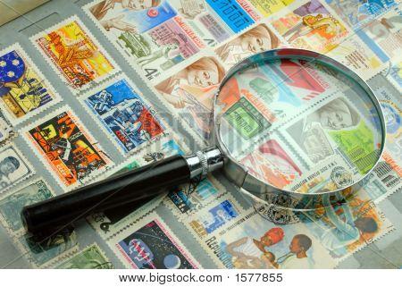 Coleção de selos e lupa