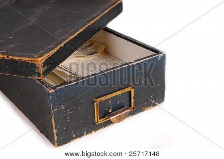 Caixa de lembrança antiga contendo letras preciosas
