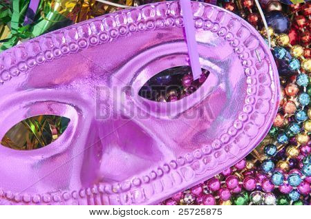 Mardi Gras Mask and Beads in Haufen