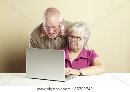 Senior mit laptop