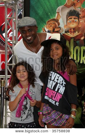 LOS ANGELES - AUG 5:  Wayne Brady arrives at the