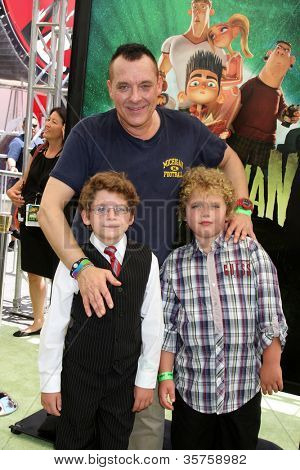 LOS ANGELES - AUG 5:  Tom Sizemore, sons Jayden and Jagger arrives at the