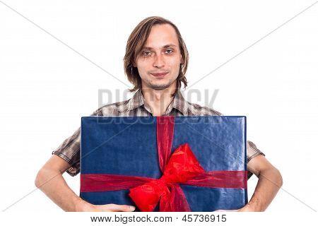 Mann hält großen Geschenk-Box