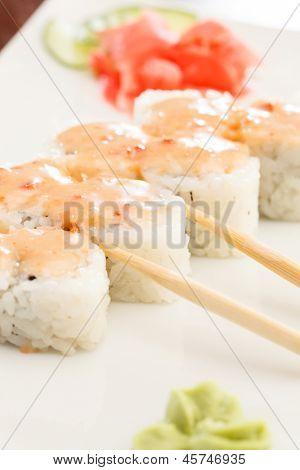 sushi com pauzinhos