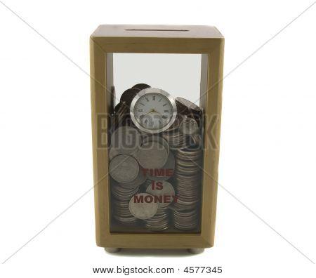 Caja de moneda con reloj llenado de dinero aislado en blanco