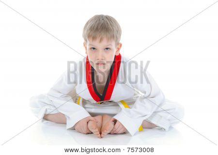 Niño en un Kimono sentado en el suelo