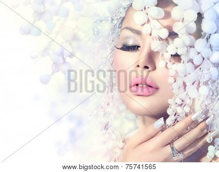 Winter Beauty Woman. Beautiful Fashion Model Girl with Snow Hair style and Make up. Holiday Makeup and Manicure. Winter Queen with Snow and Ice Hairstyle