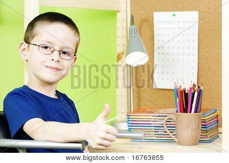 7 Jahre alter Junge, die seine Hausaufgaben - Bildung