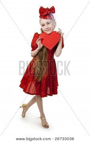Pequena menina brincando com o coração em suas mãos