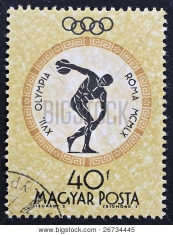 Hungría - alrededor de 1960: un sello impreso en Hungría celebra los Juegos Olímpicos en la imagen de muestra de Roma de un