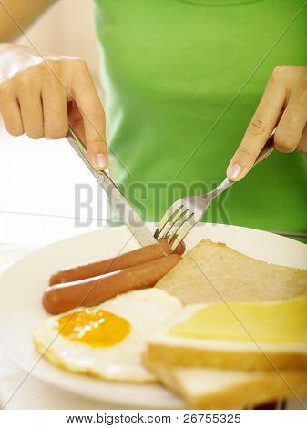 eine junge Dame mit ihr englisches Frühstück