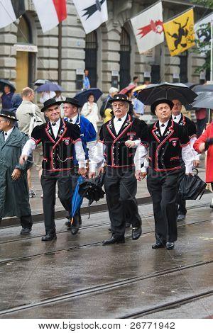 ZURICH - 1 de agosto: Desfile del día nacional suizo en 01 de agosto de 2008 en Zurich, Suiza. Participantes