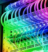 schot van netwerkkabels en servers in een datacenter technologie