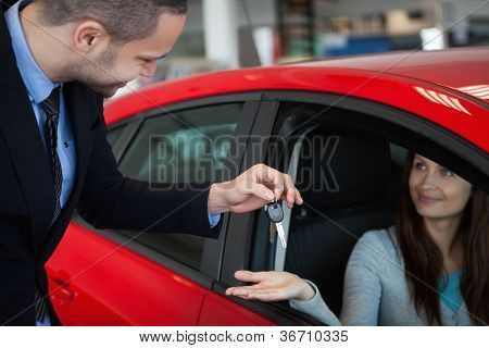 Client receiving car keys in a dealership