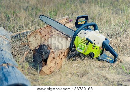petrol-powered saw