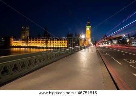 Senderos de luz en el puente de Westminster