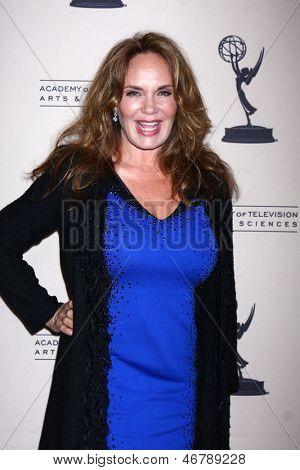 LOS ANGELES - 13 de JUN: Catherine Bach chega na recepção do Daytime Emmy candidatos apresentados por AT