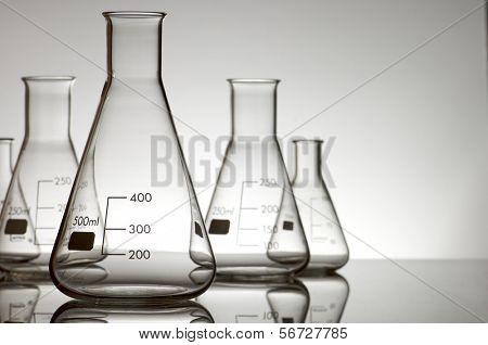 cinco frascos vacíos sobre un fondo blanco