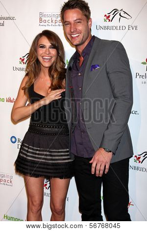 LOS ANGELES - 9 de JAN: Chrishell Stause, Justin Hartley no