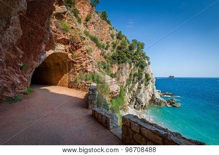 Pedestrian tunnel through the rocks