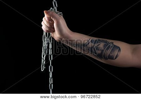 Photo woman's hand with chain and tattoo