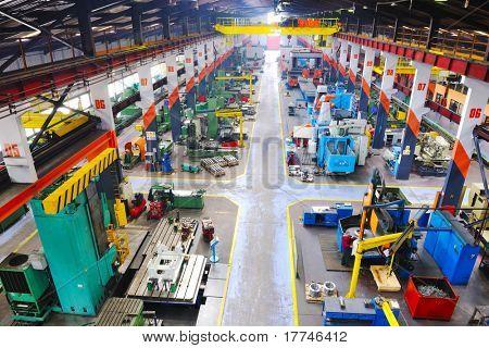 trabajos del hierro de la fábrica de industria acero y piezas de máquina moderna sala interior para montaje