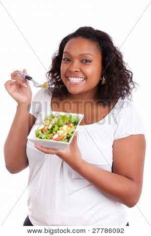 Young African American Woman essen Salat