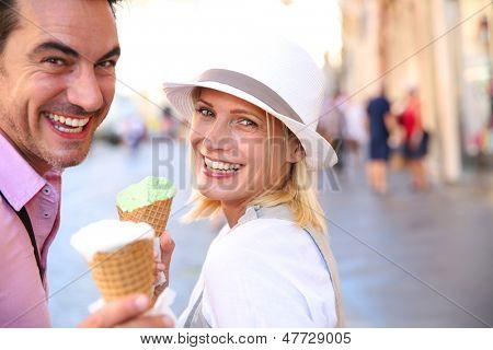 Par alegre en Roma comiendo helados