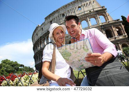 Mapa de lectura de turistas frente al Coliseo, Roma