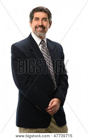 Empresario hispano con manos juntas aisladas sobre fondo blanco
